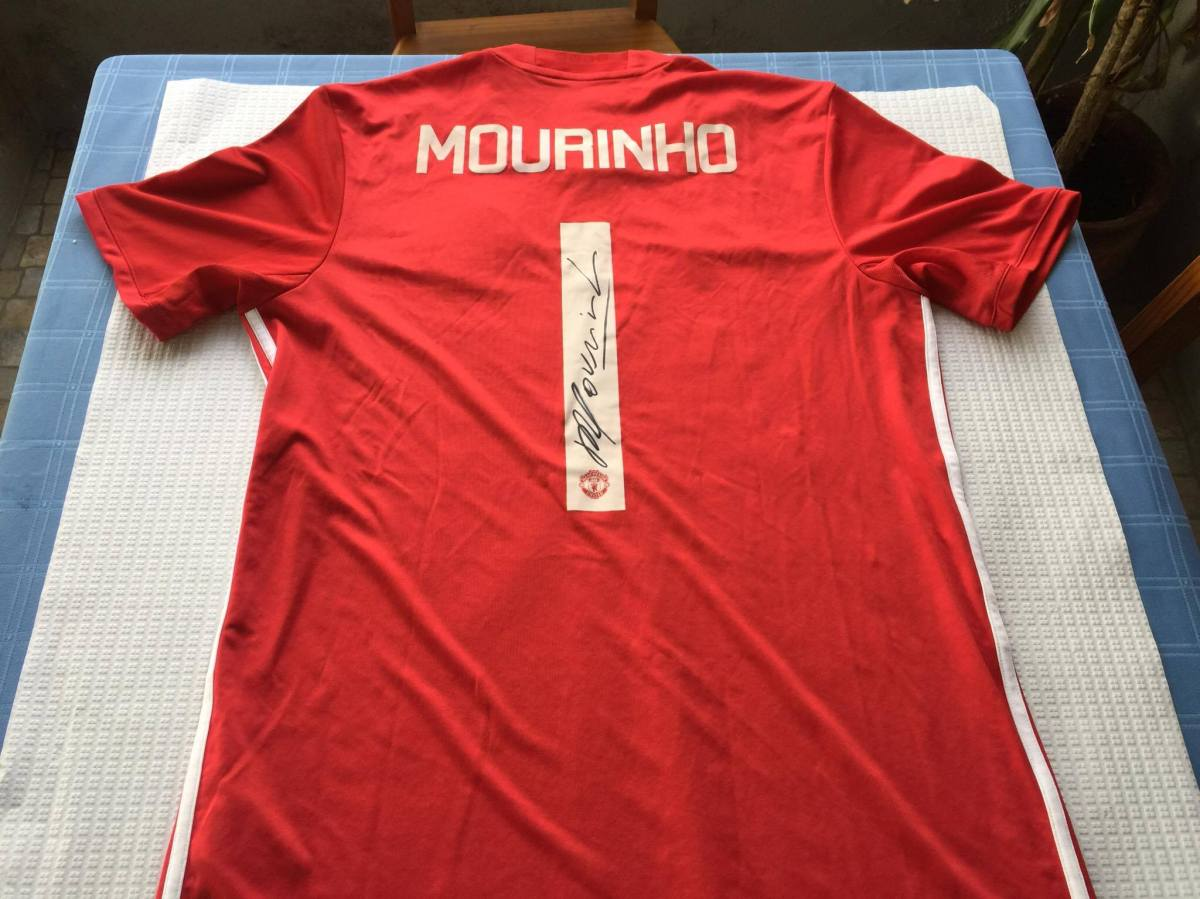 Exclusivo: A camisola que Mourinho ofereceu para reforçar a consoada dos mais carenciados